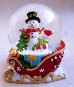 """Снежный шар музыкальный """"Снеговики в санях"""", диаметр 6,5 см."""