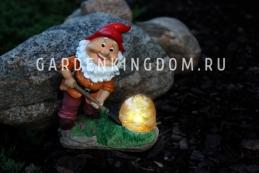 Фигура садовая - светильник Гном кладоискатель Solar energy